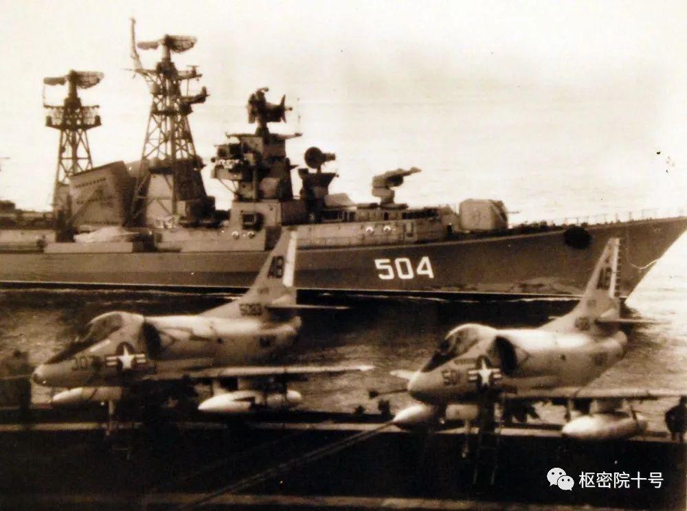 美国航母编队绝不会让别国军舰如此接近?打脸照片来了