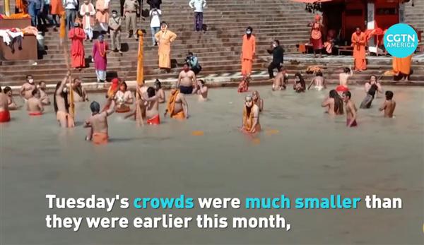 印度居民不顾疫情坚持到恒河沐浴:水里像加了奶