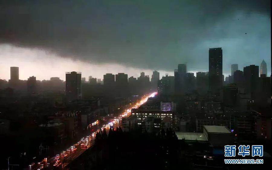 """罕见暴雨!武汉白天秒变""""黑夜"""",最大风力14级,吊篮撞击高楼致2人不幸死亡"""