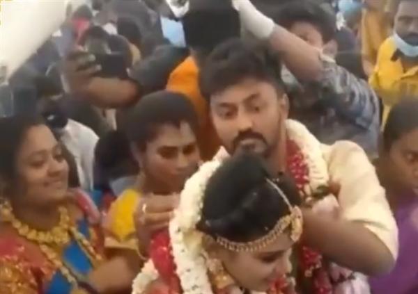 印度新人为躲避防疫规定包机举办空中婚礼:一百多人挤在狭窄空间