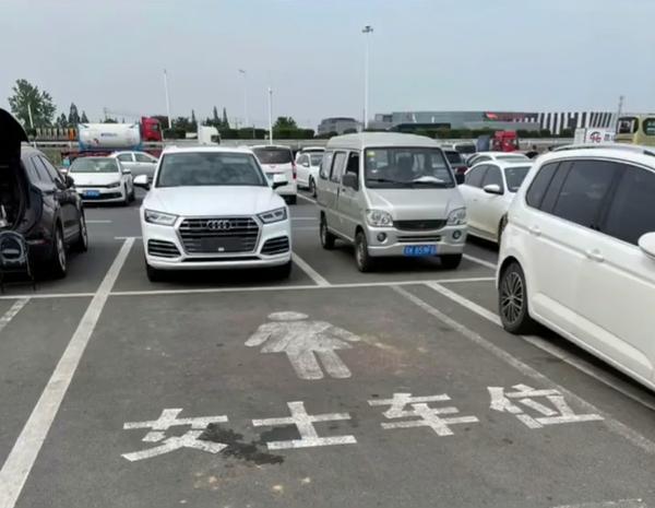 上海某服务区设立女士车位 宽度是普通车位1.5倍