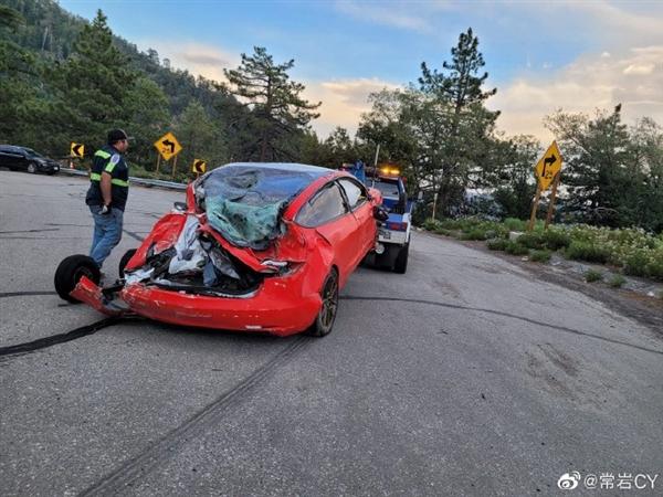 美国加州一Model 3失控坠入悬崖 乘员舱完好驾驶员得救