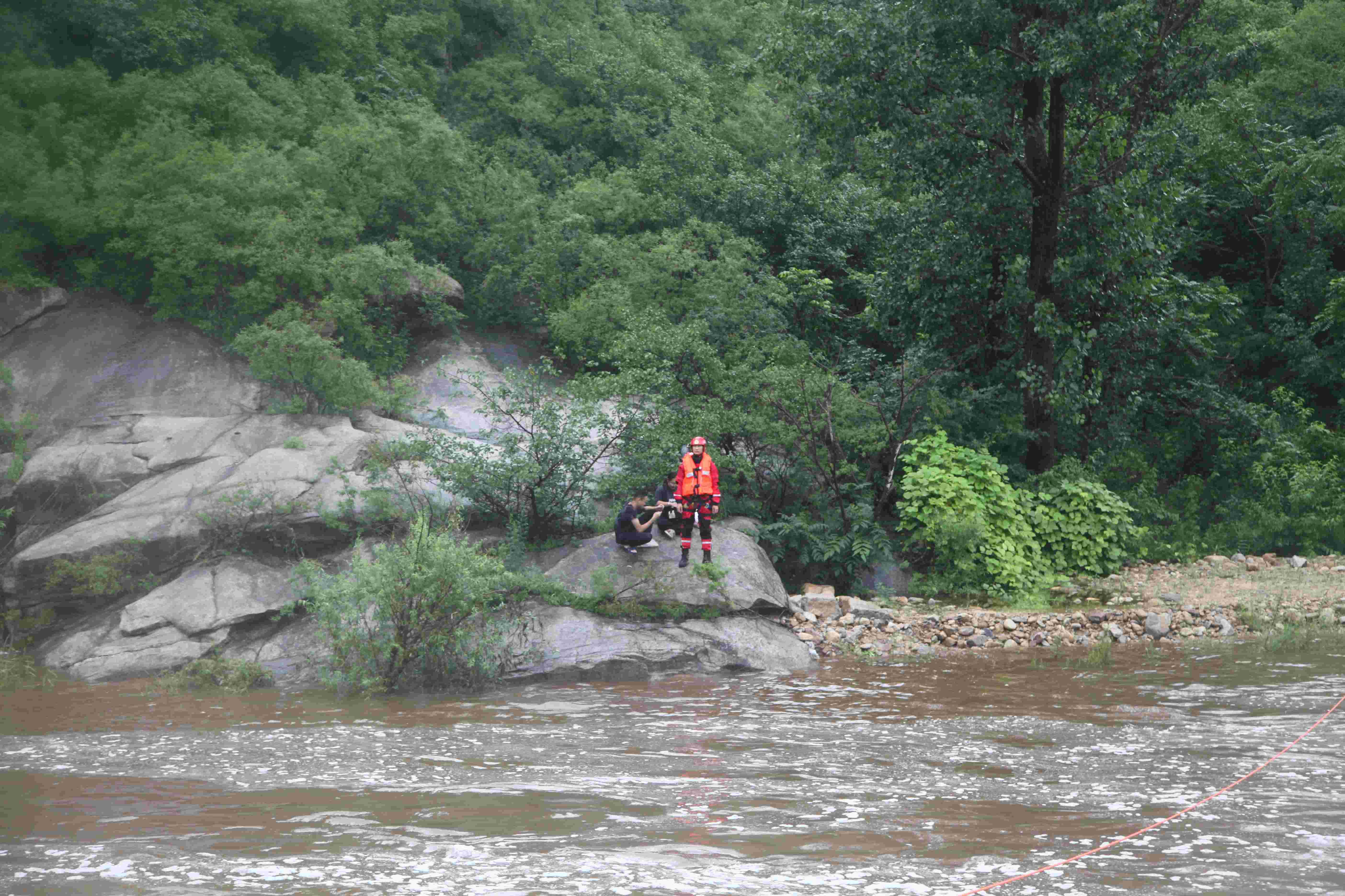 怀柔大雨沙河水猛涨致2名游客被困,消防架绳桥2小时救回