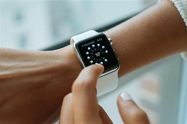 抢先小米手环!Apple Watch上线微信支付功能:不用带手机了
