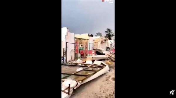 超级恐怖!邯郸突发大风 房屋顶棚被吹翻 行人趴地上避风