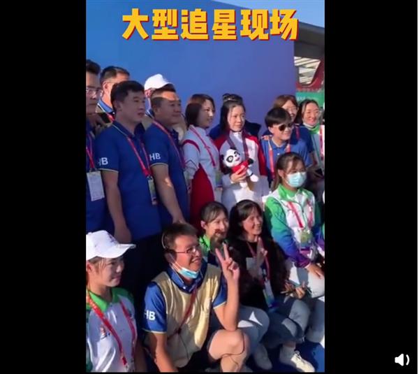 """杨倩夺冠后成大型追星现场 网友直呼:""""清华学霸""""真的好可爱"""